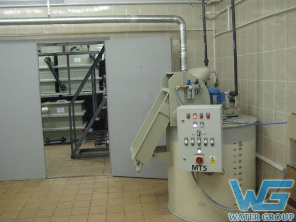 Химическая емкость с загрузочным механизмом и перемешивающим устройством