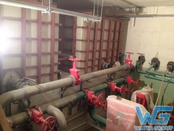 Большие емкости из пластика в металлокаркасе в системе водоснабжения