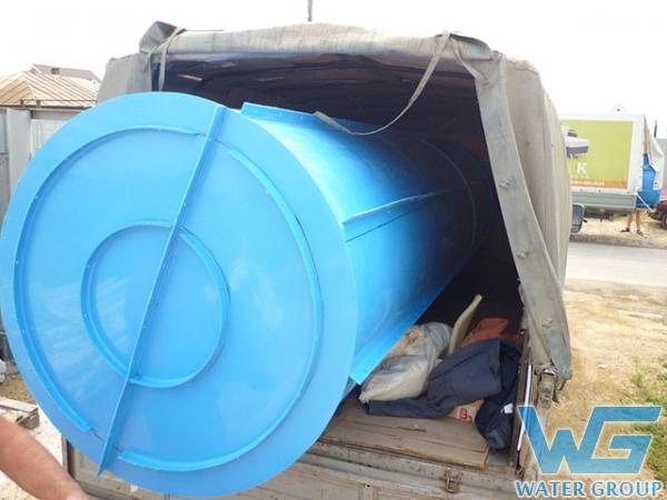 Погрузка емкости из пластика для выгребной ямы